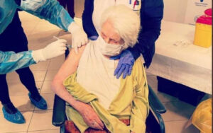 96-year-old Holocaust survivor vaccinated in Thessaloniki